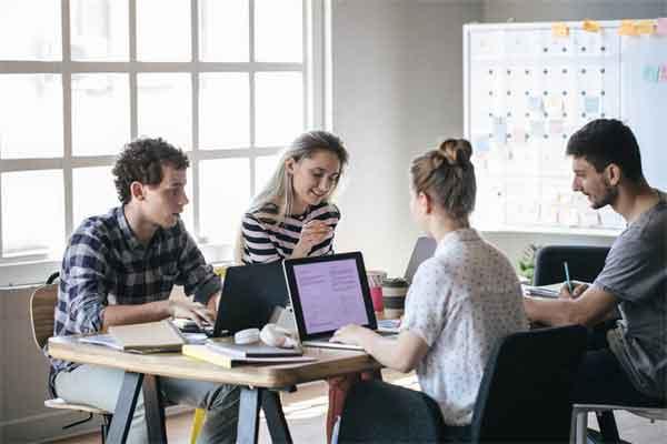 主持人节目中揪耳踩鼻骑大象 主持人此举遭民众抵制和抗议